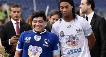 Ronaldinho quiere fiesta en grande: Maradona y Romario estarían con él en el Camp Nou