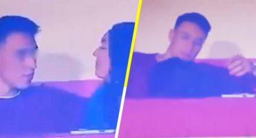 ¡El VAR, árbitro! Captan a chica dándole 'amor' a su pareja durante un partido de futbol