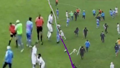 Aficionados ingresaron al campo para golpear a los árbitros tras la eliminación de su equipo