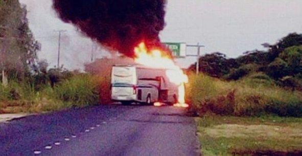 Se registra bloqueo en carretera Acapulco-Zihuatanejo; sujetos armados incendian vehículos
