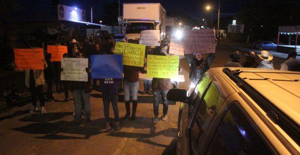 Pobladores de Janos bloquean vías: Exigen liberar a detenidos por caso LeBarón