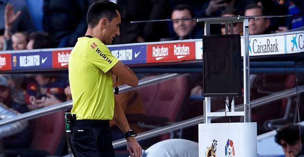 Cuatro jugadas en 30 segundos: Así actuó el VAR en El Clásico de España