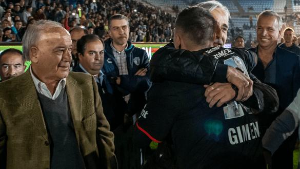 """""""Fuera Billy"""": Así recibieron al presidente de Cruz Azul en la despedida del 'Chaco'"""