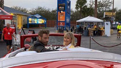 ¡Sandy y Danny regresaron! John Travolta y Olivia Newton-John se vistieron como en 'Grease'