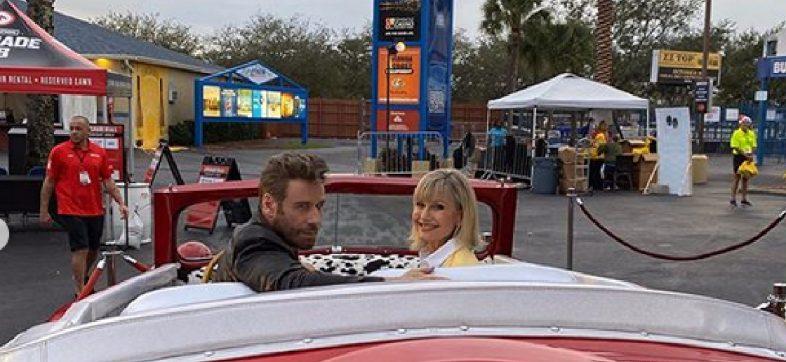 ¡Sandy y Danny regresaron! John Travolta y Olivia Newton-John se vistieron como en Vaselina y nos llenaron de nostalgia