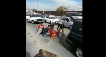 Nomás en México: Se les cayó el ataúd de la carroza funébre en plena carretera