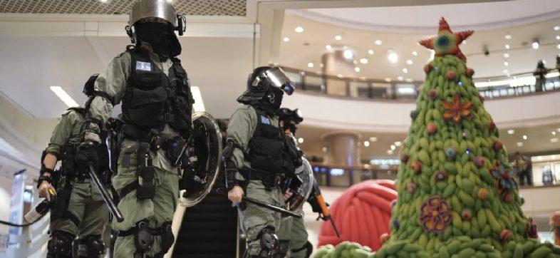 Hong Kong recibe la Navidad en medio de fuertes enfrentamientos entre manifestantes y policías