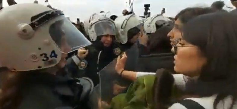 """¡¿Perdón?! Policía de Turquía reprime """"Un violador en tu camino"""" por considerarlo inaceptable"""
