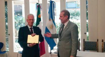 ¡Oso internacional! Embajador de México en Argentina habría sido sorprendido cuando intentaba robar un libro