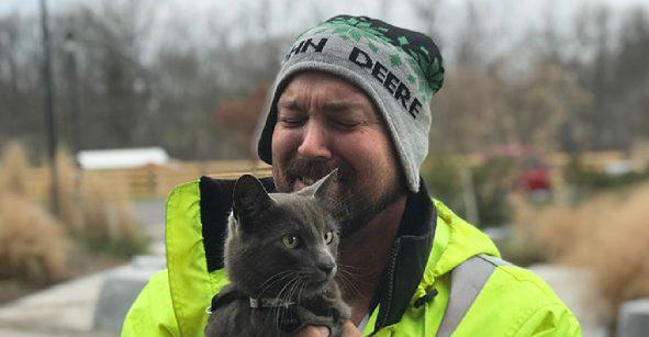 Rudo y cursi: Un camionero llora de emoción al reencontrarse con su gato
