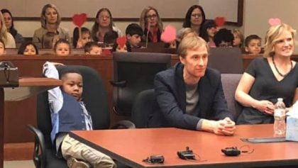 Ternura absoluta: Niño invita a todos sus compañeritos de kínder a su audiencia de adopción