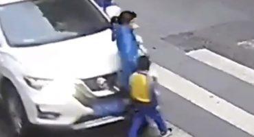 Pequeño héroe: Así reaccionó un niño tras ser golpeado con su madre por un coche