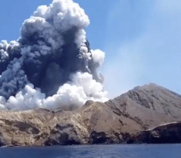 En imágenes: La erupción del volcán Whakaari en Nueva Zelanda