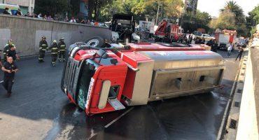 Vuelca camión de bomberos en Tlalpan; hay dos lesionados
