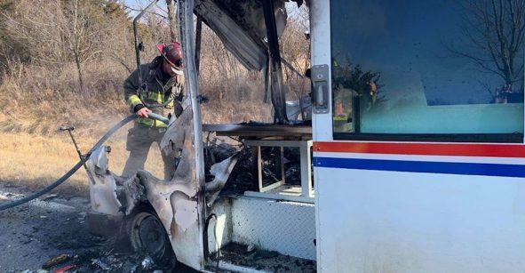 El cartero que salvó la Navidad: Rescató regalos de su camión en llamas