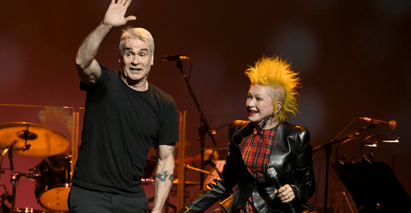 Girls just want to have punk? Cindy Lauper coverea a Black Flag junto a Henry Rollins