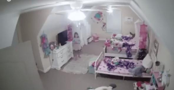 Qué enfermo: Hacker logra acceder a la cámara de una niña para decirle que es Santa Claus