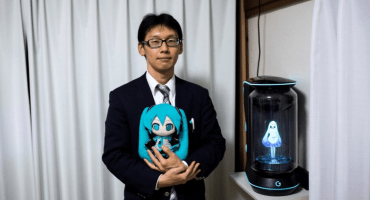 Hasta que la actualización los separe: Hombre que se casó con un holograma está a nada de perder a su esposa