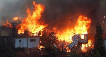 Incendio en Valparaíso destruye más de cien casas chilenas