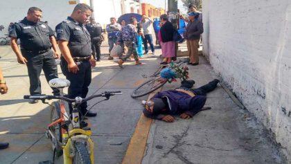 Karma instantáneo: Ladrón roba celular, huye en su bici y lo atropella una camioneta, en Texcoco