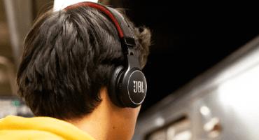 Lanzan unos audífonos con batería infinita; se cargan con la luz del sol