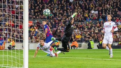 ¡De espuela! El golazo de locura de Luis Suárez en la sacudida del Barcelona al Mallorca