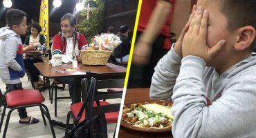 Niño le compra unos tacos a un viejito que tenía hambre y se pone a llorar 😭