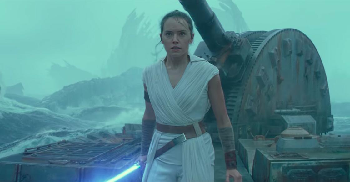 /></figure>  <p>El Ascenso de Skywalker tiene como primer traba a los mismos fans, que en su descontento con el episodio 8 hicieron que J.J. Abrahams tuviera que parchar todo en esta última entrega. En lo personal el episodio 8 a mí me gustó porque explora un Star Wars distinto en las películas. Y esto fue lo que no le gustó a la mayoría. No me malinterpreten aquí. Como película tiene sus fallas, pero para la historia de este universo pintaba cosas interesantes y yo esperaba con ansias ver cómo se resolverían en esta ultima entrega.</p>  <p>Si hablamos de manera técnica, ésta es la película con mejores efectos que se han presentado en la trilogía entera. Las batallas se sienten bien, las peleas de sables láser son un caramelito visual, se nota el toque de Dan Mindel que caracterizó a películas como Star Trek o John Carter, y la música a cargo de John Williams es magnífica (De qué otra forma podría no serlo). Es la suma de las cosas para tener un éxito en taquilla, no para la historia. Las actuaciones de Adam Driver y Daisy Ridley son buenas y es a estos personajes a quien les creo más. En especial a Kylo Ren/ Ben Solo. Siento que él será el nuevo Harrison Ford en cuanto a sus películas a demás de Star Wars (Les recomiendo verlo en BlacKkKlansman o Marriage Story), en cuanto a Oscar Isaac y John Boyega no fue lo mismo. No sé si fue el libreto o su forma de interpretar sus personajes, pero los sentí muy desangelados. </p>  <figure class=