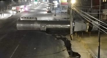 Pipa que transportaba sulfato de aluminio vuelca en la avenida Gustavo Baz Prada, Edomex