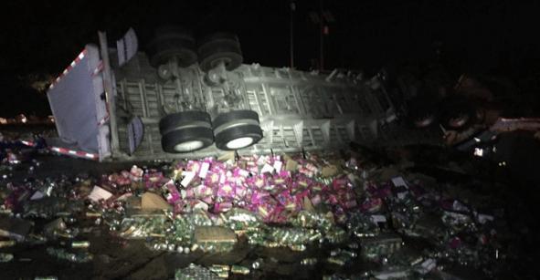 Tráiler que transportaba cerveza vuelca en la carretera México-Cuernavaca; una persona perdió la vida