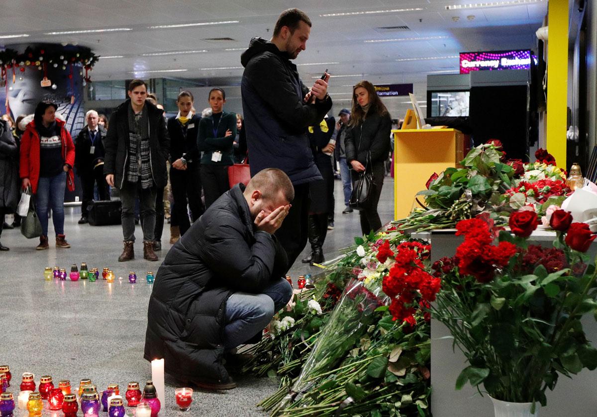 Familiares de los pasajeros del vuelo de Ukranian Airlines derribado en Irán, lamentan la noticia en el aeropuerto de Kiev / Foto: Reuters