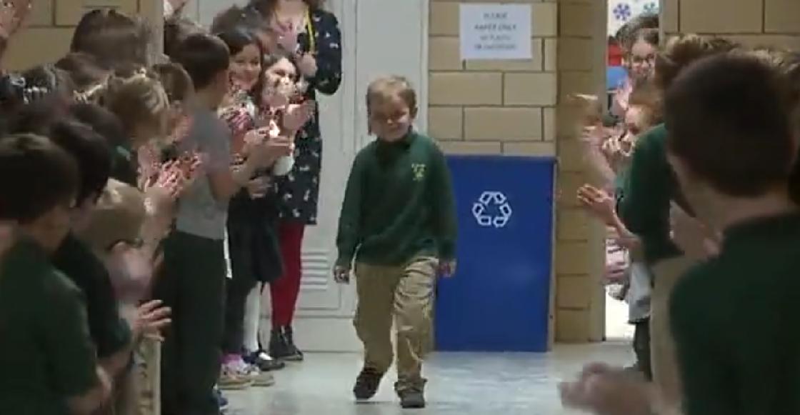 La emotiva ovación a un niño que superó el cáncer al regresar a su escuela