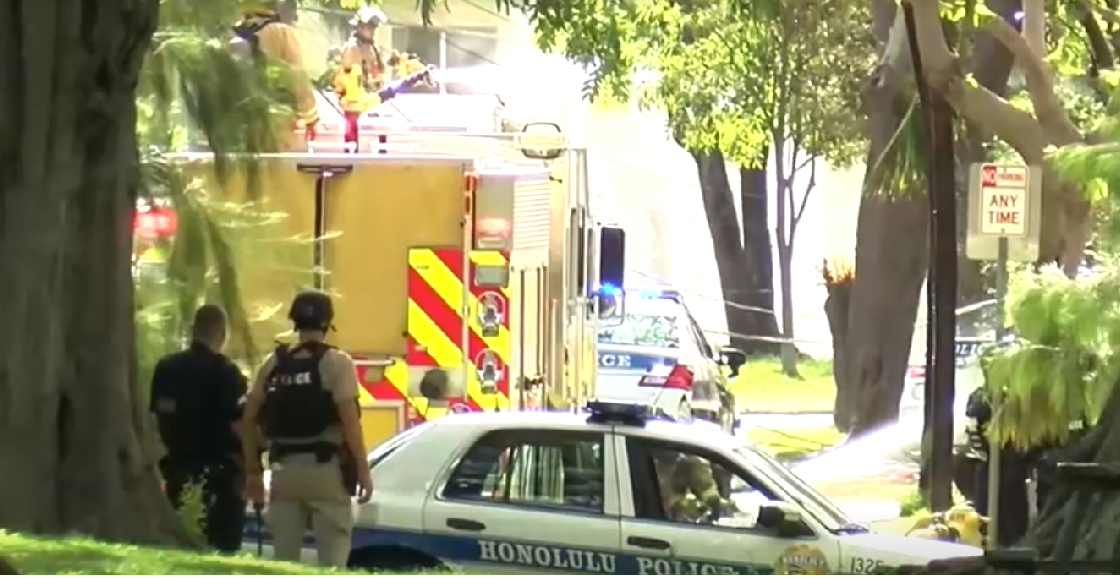 Dos policías mueren por tiroteo en Hawai; la casa del agresor terminó en llamas