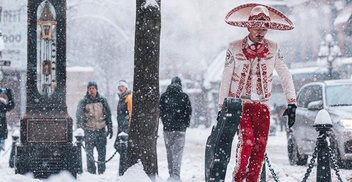 Esta es la historia detrás de la fotografía del mariachi caminando entre la nieve de Canadá