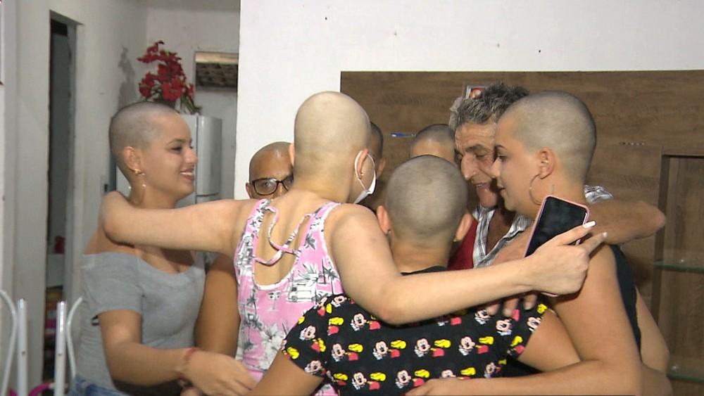 Joven de 16 años es diagnosticada con leucemia; sus hermanas se rapan para mostrarle su apoyo