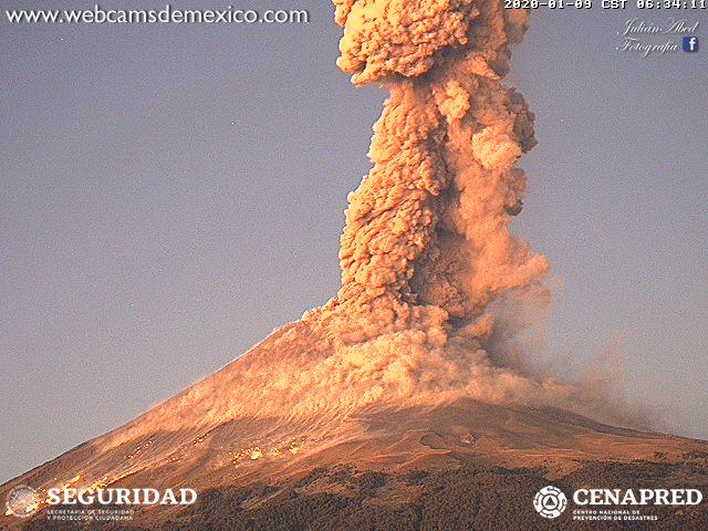 Explota el Popocatépetl y deja una columna de cenizas de 3 km