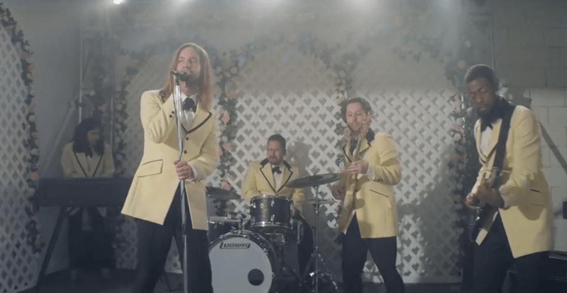 Tame Impala se convierte en una banda de boda en el video de