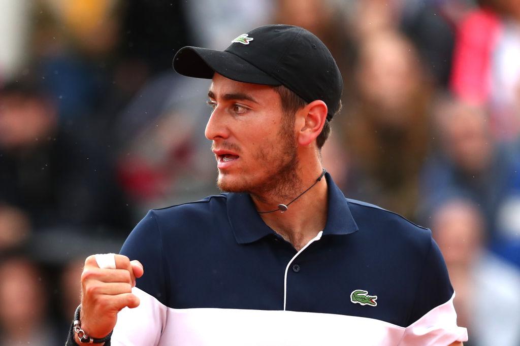 Juez regaña a tenista por pedirle a una recogepelotas que le pelara su plátano