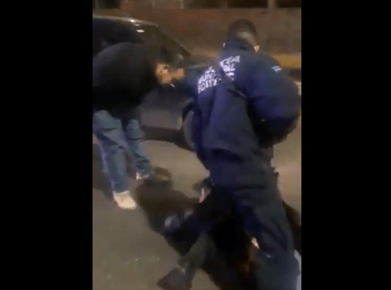 Aprovechó que la policía tenía sometidos a quienes lo asaltaron para patearlos