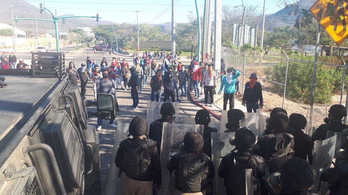 Desalojan con gases a normalistas y padres de los 43 en carretera de Tuxtla Gutiérrez