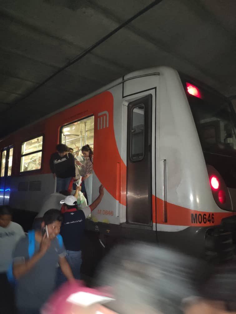 Desalojan en túnel a usuarios del Metro por falla eléctrica en Línea 2