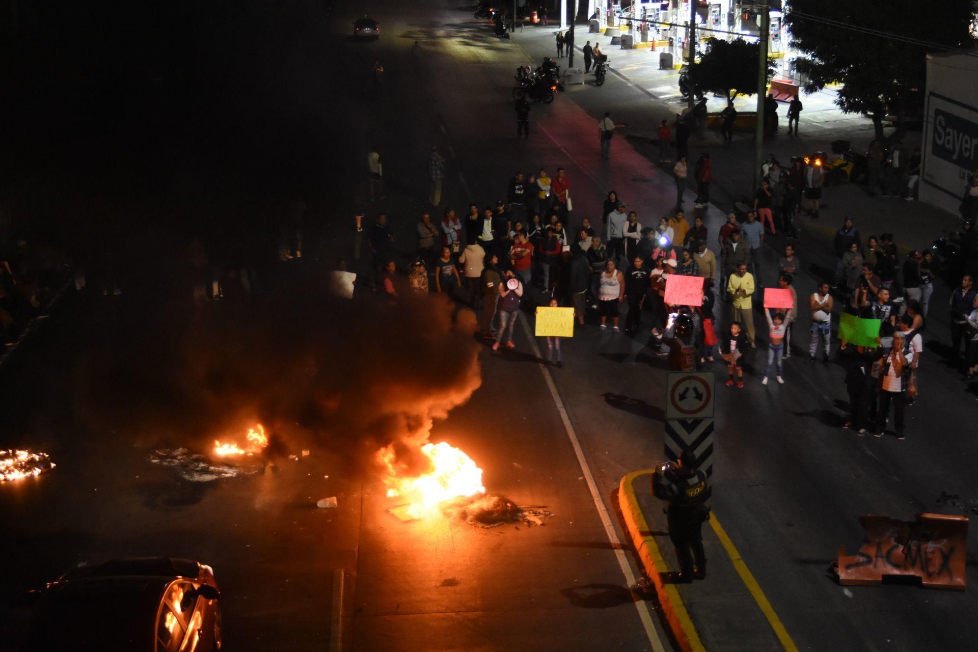 Vecinos de Venustiano Carranza bloquean Circuito Interior para exigir agua en CDMX