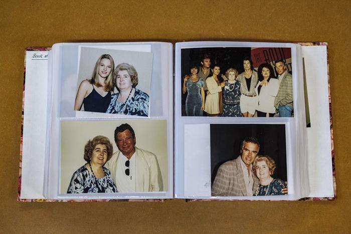 El álbum de fotos de una señora con varios artistas de Hollywood que desató una búsqueda para encontrarla