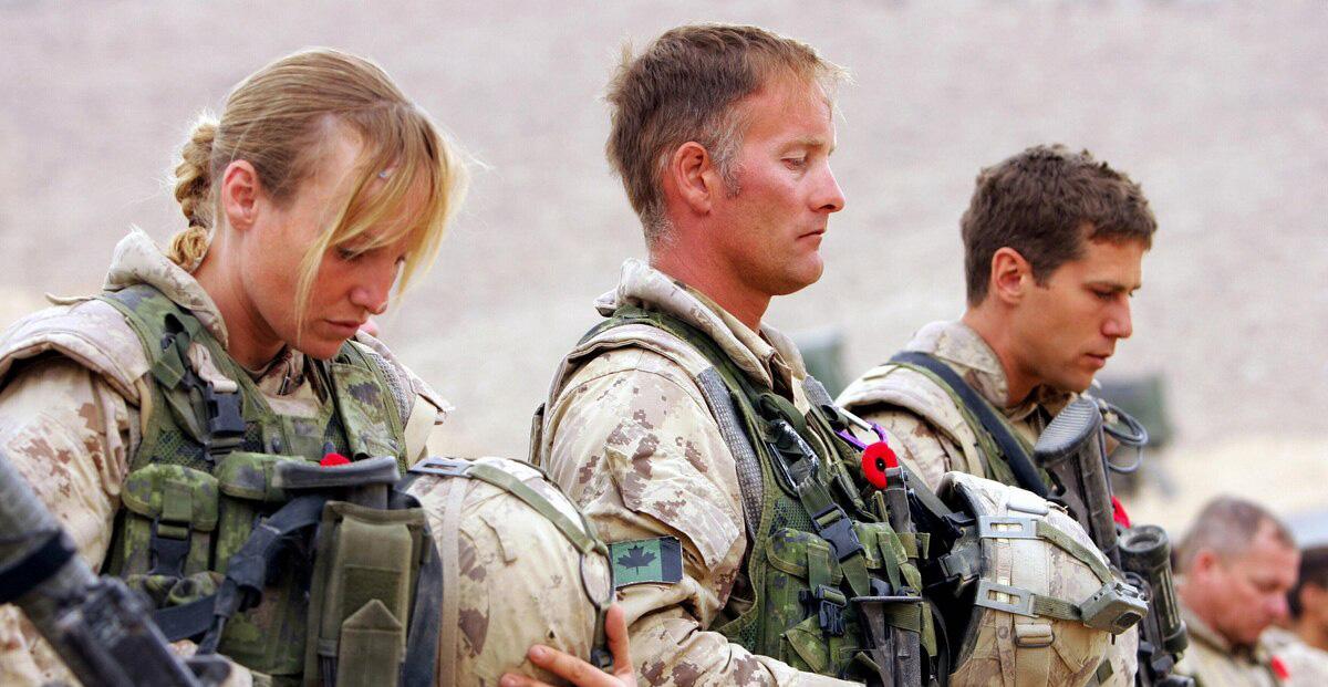 Nombre, unos genios: Proponen faldas cortas para animar a las mujeres a unirse al ejército
