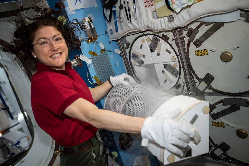 La emotiva reunión entre la astronauta Christina Koch y su perro al regresar del espacio