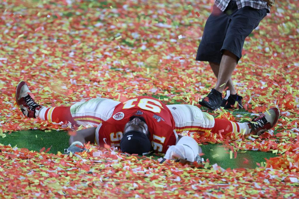 Jugador de los Chiefs festejó el título del Super Bowl pagando la tarifa de adopción de 109 mascotas
