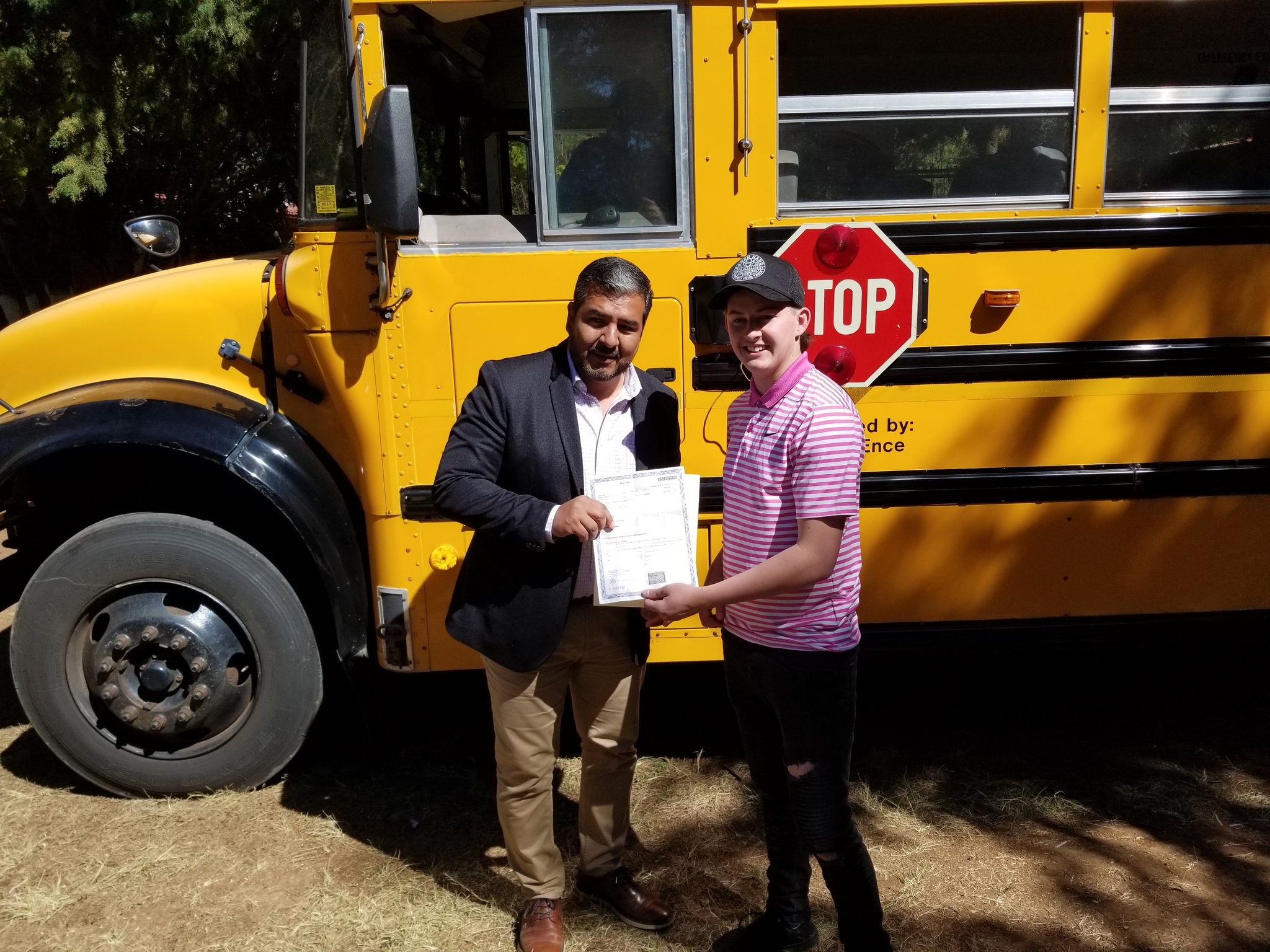 Joven estadounidense dona un camión y útiles escolares a una escuela de Michoacán