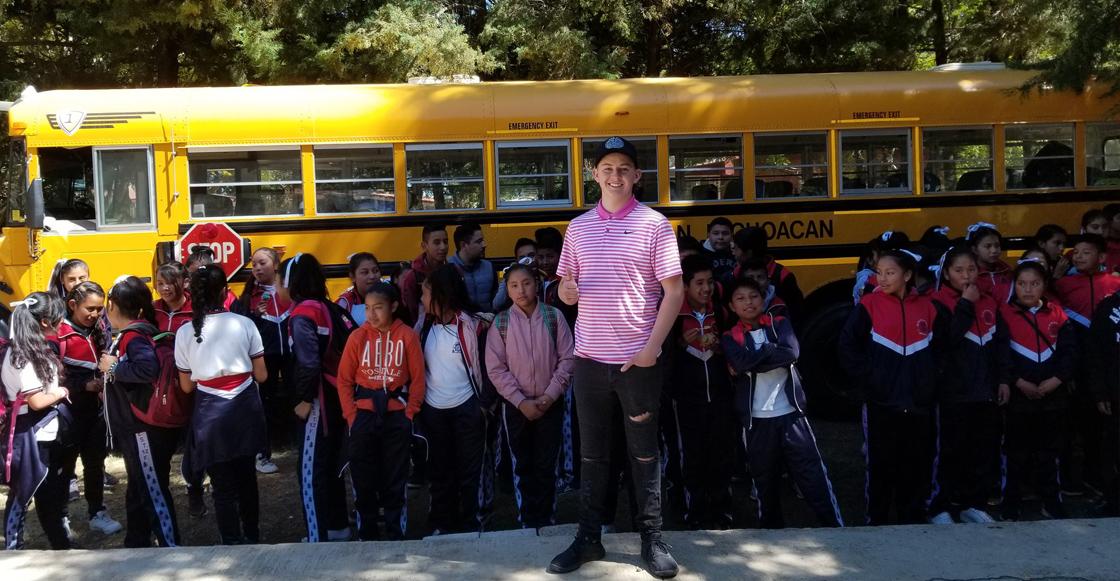 Joven estadounidense dona un autobús y útiles escolares a una escuela de Michoacán