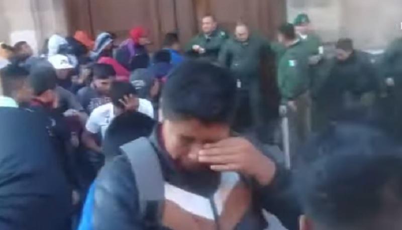 Presuntos normalistas protestan en Palacio Nacional; seguridad usa gas pimienta