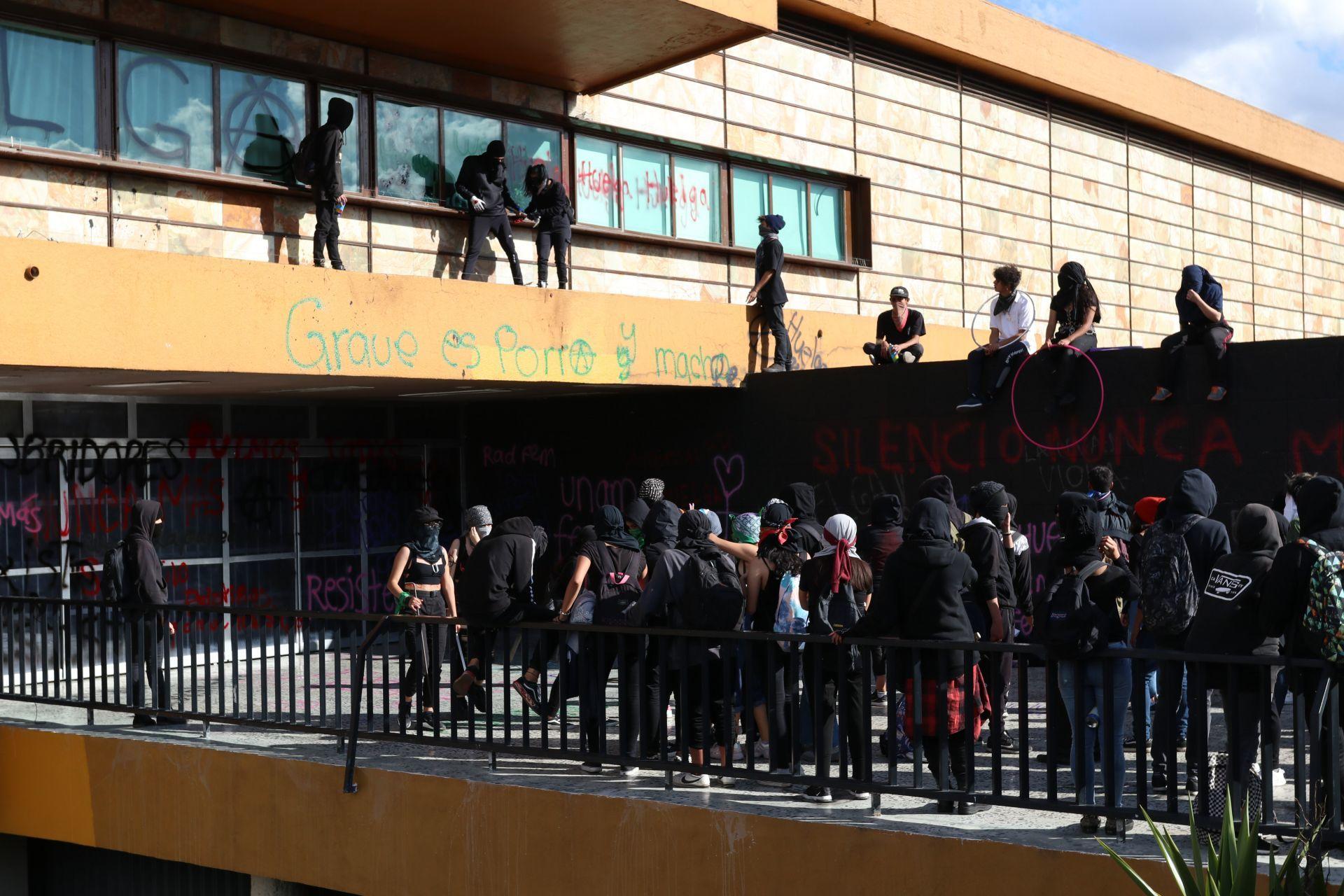 UNAM acusa que grupos que vandalizan se cubren en movimiento contra violencia de género